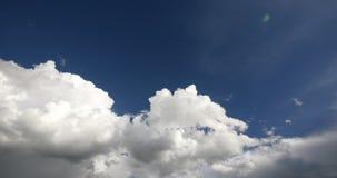 schackningsperiod för tid 4k av det vita pösiga molnmassflyget i himmel, himmel, Tibet platå arkivfilmer