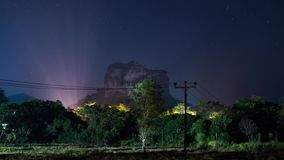 Schackningsperiod f?r tid f?r natthimmel ?ver den Sigiriya f?stningen i Sri Lanka lager videofilmer