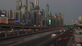 Schackningsperiod för tid för solnedgång för Dubai stadstrafik Panna upp stock video