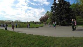 schackningsperioden för 4k Tid, gångbana med passersby i en sommar parkerar på en solig dag för sommar stock video