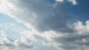 Schackningsperioden för sommarhimmeltid, solen som skylas, genom att flytta sig, fördunklar stock video
