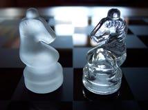 schackriddare som motsätter två arkivfoto