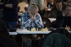 Schackspelare under gameplay på en lokal turneringdetalj Royaltyfri Foto