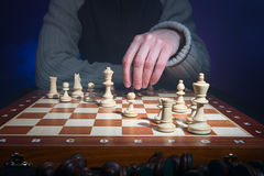 Schackspelaren gör en flyttning Arkivbilder