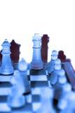 Schackstycken i blått Arkivfoton