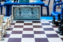 Schackstycken och schackklocka Royaltyfria Bilder