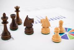 Schackstycken på affärsbakgrund Arkivbilder