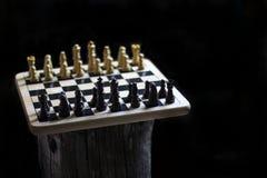 Schackstycken på en trätabell Fotografering för Bildbyråer