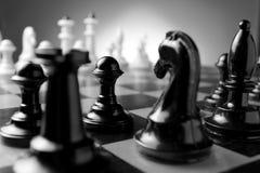 Schackstycken på ett schackbräde Arkivfoton