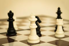 Schackstycken på schackbrädeslut upp arkivbild