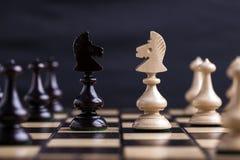 Schackstycken som visar konkurrens Royaltyfria Bilder