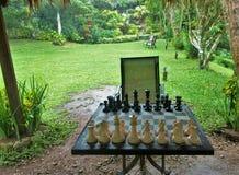 Schacktabell vid trädgården royaltyfri fotografi