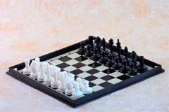 Schackuppsättning på schackbräde arkivbilder