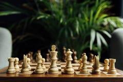 Schackuppsättning på schackbräde Selektiv fokus på vita schackdiagram Arkivfoto