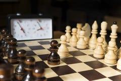 Schackuppsättning på schackbrädet Med den selektiva fokusen på vita pieses arkivbild