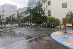 Schade door de Tyfoon Soulik aan de stad die van Taipeh wordt aangericht Stock Foto
