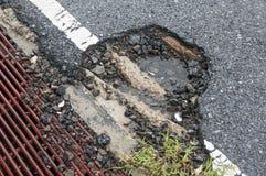 schade op de asfaltweg Stock Foto