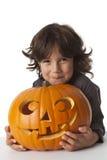 Schadelijk Weinig jongen met een pompoen van Halloween Stock Afbeeldingen
