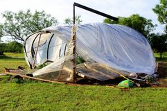 Schaden-Gewächshaus nach 126-Meilen-Windsturm stockfotos