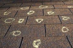 Schadensgutachter-markiertes Dach mit Hagel-Schaden Stockfotos
