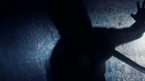 Schaduw die van psychomaniak bij slachtoffer met bijl, bloed-koelende thriller hakken stock videobeelden