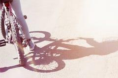 Schaduw door kind wordt gegoten die een fiets berijden die Stock Foto