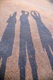 Schaduw drie van mensenactie het posten op grondachtergrond Royalty-vrije Stock Foto