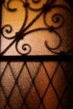 Schaduw gestalte gegeven metaalnet op glas Stock Fotografie