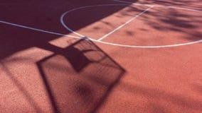 Schaduw op het hof van basketbalmand met kettingen op streetballhof stock footage