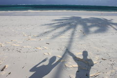 Schaduw op paradijsstrand van Zanzibar Stock Foto