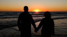 schaduw oud paar met een zonsondergangachtergrond royalty-vrije stock foto