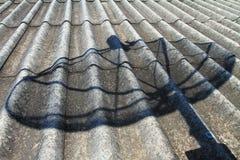 Schaduw satellietschotel op het dak Stock Fotografie