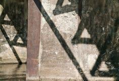 Schaduw van de brug op muur Stock Fotografie