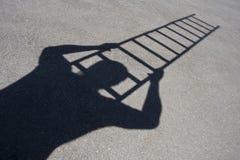 Schaduw van de mens die ladder beklimt royalty-vrije stock foto