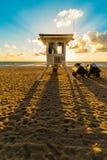 Schaduw van de toren van de het levenswacht op het strand van Miami in zonsopgang, Florida, de Verenigde Staten van Amerika stock foto's