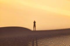 Schaduw van een mens in de woestijn Royalty-vrije Stock Afbeeldingen