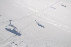 Schaduw van een skiliftinstallatie Stock Fotografie