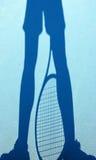 Schaduw van een tennisspeler op een blauw hof Royalty-vrije Stock Foto's