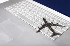 Schaduw van jumbojet over Apple Macintosh-toetsenbord Stock Foto