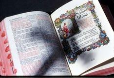 Schaduw van kruis op bijbel Royalty-vrije Stock Afbeelding