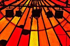 Schaduw van lichte instalation en gebrandschilderd glasvensters in trillende rode kleuren Royalty-vrije Stock Afbeelding