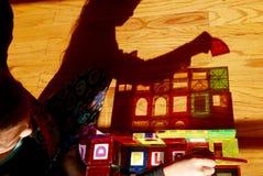 Schaduw van meisje het spelen met bouwstenen Royalty-vrije Stock Afbeeldingen