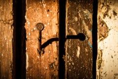 Schaduw van oude die spijkers in hout worden gehamerd stock afbeelding