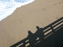 Schaduw van paar op het strand Royalty-vrije Stock Foto's