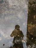 Schaduwbezinning in water met textuur stock afbeeldingen
