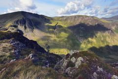 Schaduwen op Dale Head Crags stock fotografie