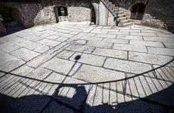 Schaduwen op steenvloer van middeleeuwse kasteelruïnes Stock Foto