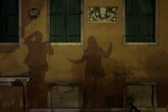 Schaduwen van dansend paar in Venetië stock afbeelding