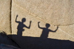 Schaduwen van dansende kinderen op een rots in Jushua Boom Nationalpark Stock Foto