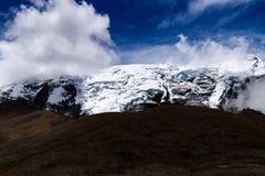 Schaduwen van Lage Hoogtewolken op een Sneeuw Behandelde Himalayan-Bergpiek royalty-vrije stock afbeelding